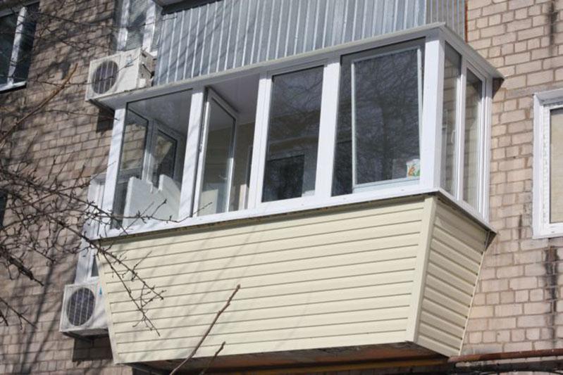 Остекленный балкон методикой выноса