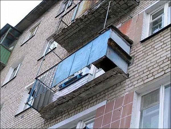 Аварийный балкон в Хрущевке. Здесь уже придется ставить новую плиту