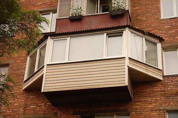 Остекление балкона с выносом бабочка